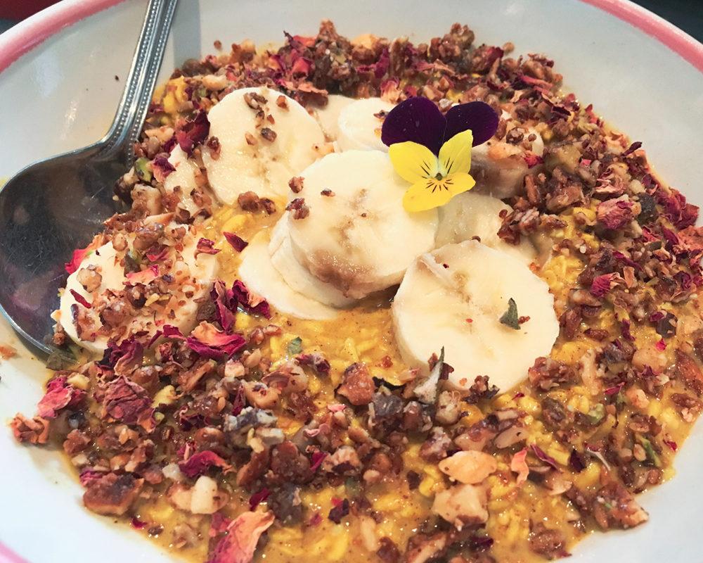 bonnes-adresses-food-londres-farm-girl-porridge-tumeric-flower